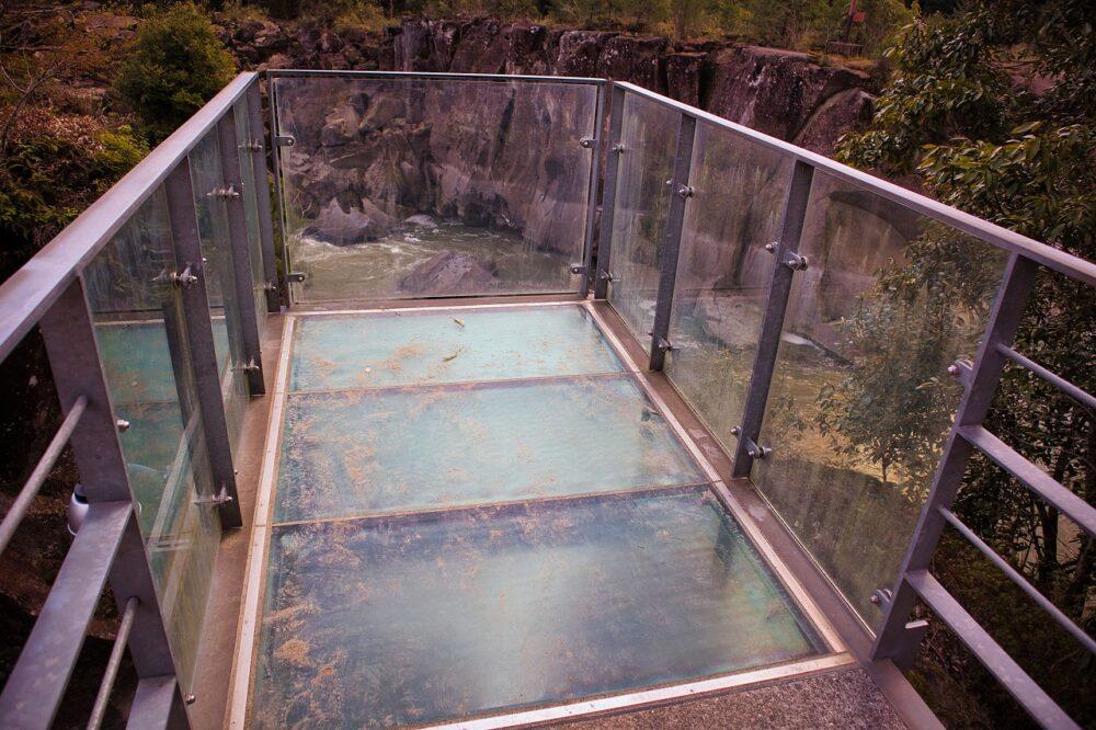 ガラス張りの監視架台