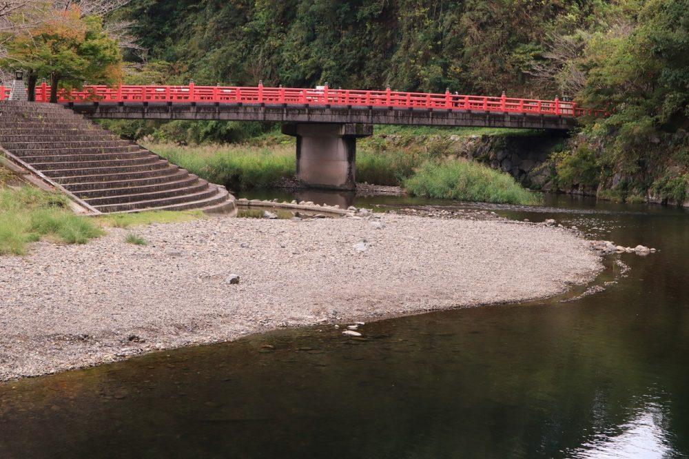 第一駐車場から広場への橋(花園橋)