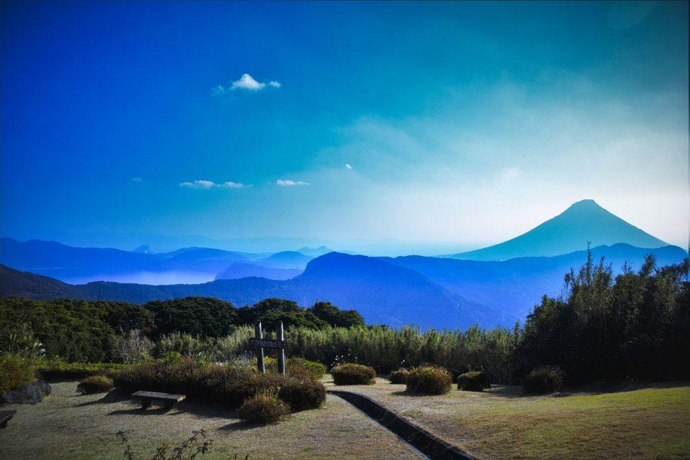 大野岳から望む開聞岳と池田湖