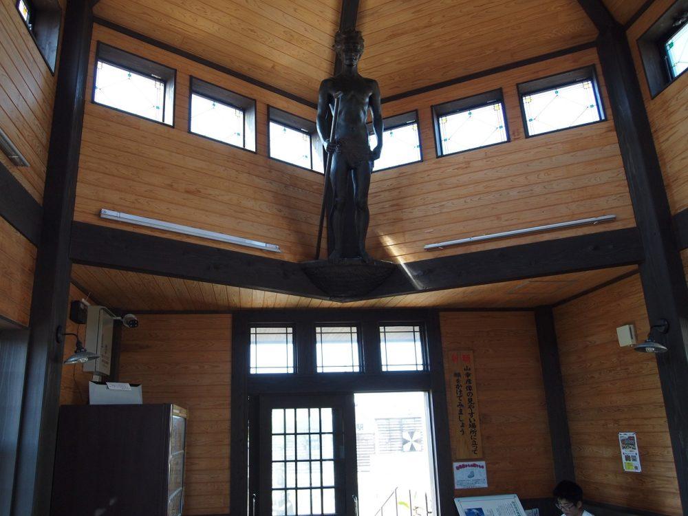 山幸彦の彫像