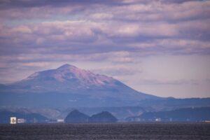鹿児島市から見た高千穂峰